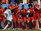 Argentinský útočník Lionel Messi střílí ve čtvrtfinále MS z přímého kopu na...