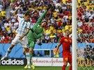 Belgický brankář Thibaut Courtois špatně vyběhl, ale argentinský stoper Martin...