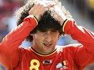 Belgický záložník Marouane Fellaini se drží za hlavu poté, co jeho tým ve...