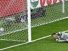 Brazilsk� kou� brank�� Julio Cesar v semifin�le MS dost�v� g�l od n�meck�ho...