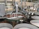 Vrchní část reaktorové nádoby BN-800 během stavby. Pod otvory čerpadla a další...
