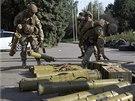 Ukrajin�t� voj�ci shroma��uj� zbran�, kter� ve Slavjansku nechali ustupuj�c�