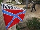Proruští separatisté hlídkují na silnici v Doněcku. Do oblastní metropole se