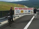 Zde sr�st� Evropa dohromady, hl�s� transparent na otev�en� silnice z B�l�ho