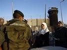 Palestinky proch�z� izraelsk�m check-pointem. M��� na Chr�movou horu, kde...