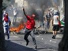 Palestinec h�z� k�meny na izraelsk� policisty b�hem poh�bu chlapce unesen�ho z...