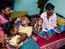 Ganga a Jamuna žijí s šestatřicetiletým učitelem už sedm měsíců.