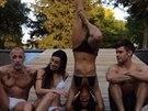 Michelle Rodriguezov� p�edvedla stoj na hlav� na dovolen� se Zakem Effronem a...