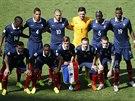 SPOLEČNÉ FOTO PŘED VÝKOPEM. Francouzští fotbalisté pózují před začátkem...