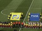 A JDE SE NA TO. Francouzští a němečtí fotbalisté nastupují před úvodním...