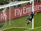 PARÁDNÍ TREFA. Rána brazilského fotbalisty Davida Luize z přímého kopu byla...