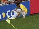 TAKOVOU MÁM RADOST. Brazilský obránce David Luiz oslavuje krásný gól z přímého...