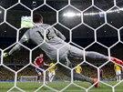 NA ŠPATNOU STRANU. Brazilský gólman Julio Cesar se vrhl po své levé ruce, míč...