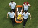 NA NOSÍTKÁCH. Pro Neymara skončilo čtvrtfinále v nefotbalové pozici. Pár minut...