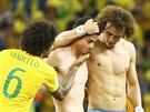 DOBOJOVÁNO! Úspěšnější brazilští fotbalisté Marcelo a David Luiz utěšují...