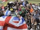BRITSKÁ PODPORA. Diváci v Yorkshiru povzbuzují cyklisty během druhé etapy Tour de France.