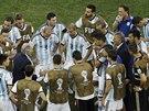 Argentinští fotbalisté se hecují před prodloužením v osmifinále mistrovství...