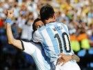 Argentinský kapitán Lionel Messi gratuluje Ángelovi di Maríovi ke vstřelenému...