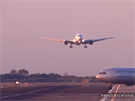 Ruský Boeing  767-500přistává na dráhu 02, přes kterou právě přejíždí...