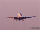 Boeing přidal rychlost a vystoupal, zatáhl proto podvozek.