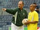 Roberto Carlos na 12 let starém snímku poslouchá pokyny brazilského kouče Luize...
