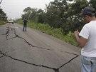 Po zemětřesení o síle 6,9 popraskala silnice v mexickém městě Union Juarez.