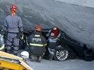 Brazilští záchranáři se v brazilském Belo Horizonte snaží dostat pod zřícený...