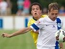 Liberecký fotbalista Jan Mudra (vpravo) si kryje míč před Patrickem Da Silvou z...