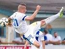 Liberecký fotbalista Michal Obročník letí vzduchem během duelu s Bröndby Kodaň.