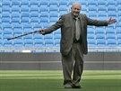 Alfredo di Stéfano tančí po trávníku stadionu Santiago Bernabeu v Madridu.