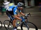 �esk� cyklista Jan B�rta (v modr�m) unik� spolu francouzsk�m kolegou...