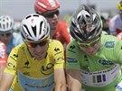 Vincenzo Nibali (ve �lut�m) a Peter Sagan (v zelen�m) p�ed ostr�m startem...