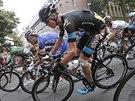 Christopher Froome (v černém) upadl, přesto míří k cíli čtvrté etapy Tour de...