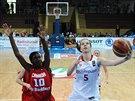 Česká mládežnická reprezentantka Lenka Šoukalová (u míče) zakončuje na kanadský koš.