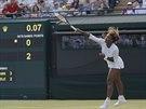 BOJ SE SERVISEM. Tr�pily ji nevolnosti, p�esto se Serena Williamsov� pokusila...