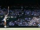 SERVIS NA CENTRU. Před zraky diváků na centrálním dvorci ve Wimbledonu podává...