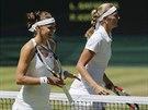 DO BOJE S ÚSMĚVEM. Lucie Šafářová (vlevo) i Petra Kvitová byly před vzájemným...