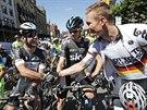 TAK JDEME NA TO, PÁNOVÉ. Mark Cavendish (druhý zleva) a Andre Greipel (vpravo)...
