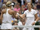 Wimbledonská vítězka Petra Kvitová (vpravo) se zdraví s poraženou Eugenií...