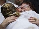 Petra Kvitová (zády) přijímá další a další gratulace. Vždyť je dvojnásobná...