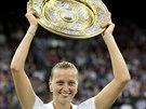 TAL�� NAD HLAVU ZVED�M... Petra Kvitov� slav� triumf na Wimbledonu.
