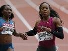 Sanya Richardsová-Rossová (vpravo) dobíhá do cíle v závodu na 400 metrů na