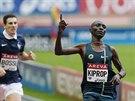 Keňský vytrvalec Asbel Kiprop se raduje z vítězství na trati 800 metrů na...