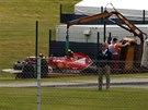 Pořadatelé odklízejí vůz Kimiho Räikkönena, který měl na okruhu Silverstone