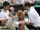 Novak Djokovič si nechal v průběhu finále proti Rogeru Federerovi několikrát...