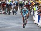Italsk� cyklista Vincenzo Nibali pl�chl soupe��m a dojel si pro v�t�zstv� ve
