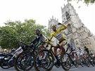 Peloton Tour de France proj�d� kolem katedr�ly v Yorku.