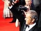Mel Gibson se zdraví s fanoušky na červeném koberci (4. července 2014)