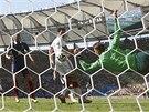 DOBRÝ ZÁKROK. Německý gólman Neuer vyráží střelu Francouze Valbueny.
