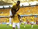 EUFORIE VE FORTALEZE. Brazilci oslavují gól Thiaga Silvy (dole). Jako první mu